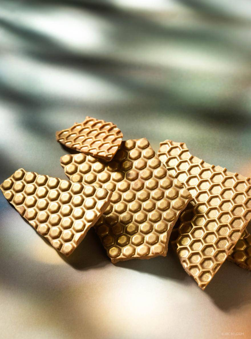 Chocolate slabs with honeycomb structure and gold finish