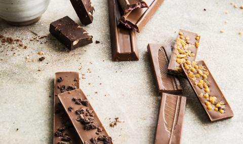 Chocolate bars without added sugars, perfect for a healthy snack.