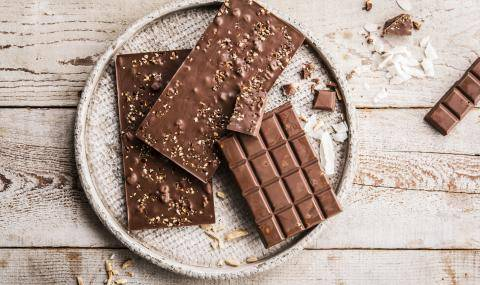 Milk chocolate without added sugars and nuts
