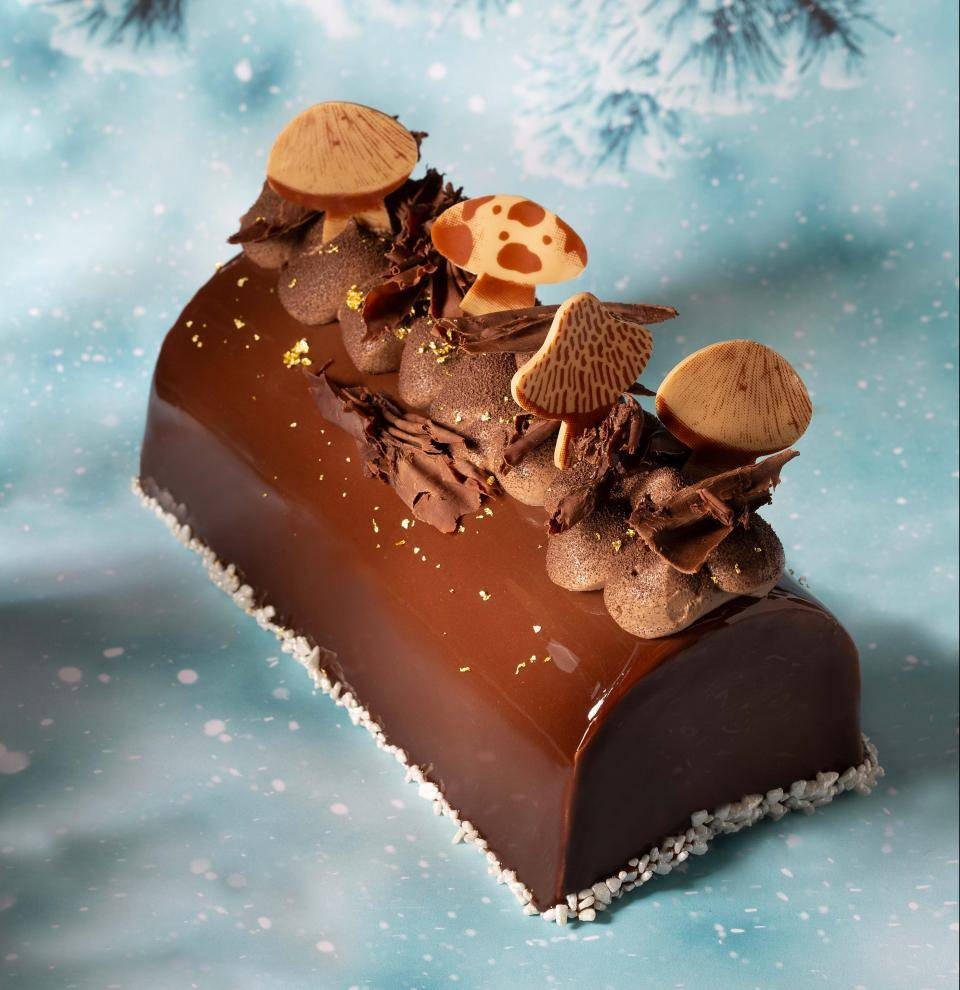 Mushroom shaped decoration, caramel Doré, dark shavings, silver marzipan