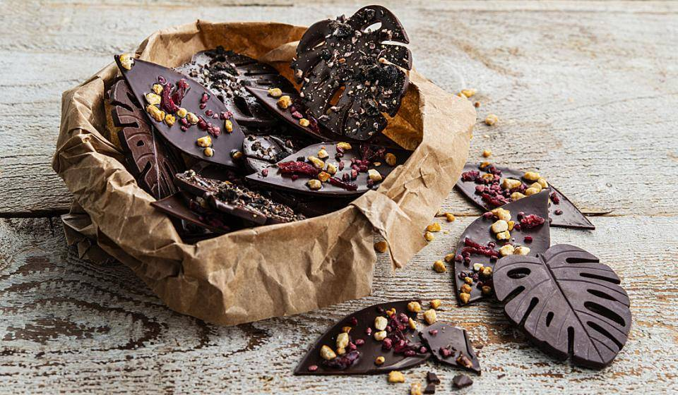 Vegan chocolate thins, with raspberry and caramelized hazelnut inclusions