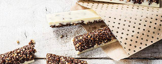 Chocolate and cocoa cereal snacking bars