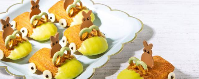 Madeleine cakes with chocolate Easter bunnies and other decorations