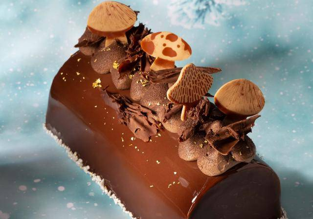 Mushroom shaped decoration in Caramel Doré, dark chocolate, marzipan crush
